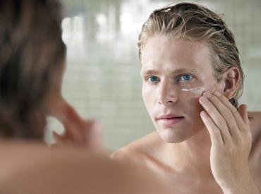 Die richtige Gesichtspflege für Männer im Sommer