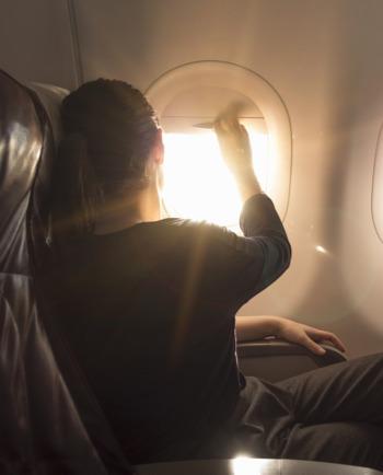 Das gehört ins Handgepäck: Hautpflege-Tipps im Flugzeug