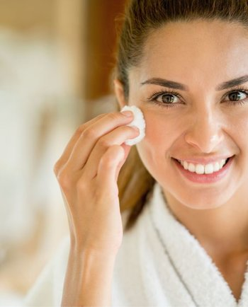 Pad, Handschuh, Bürste: Mit welchen Helfern lässt sich das Make-up am sanftesten entfernen?