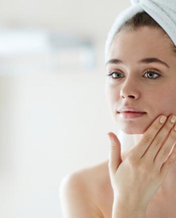 Quelle crème visage utiliser quand on a de l'acné ?