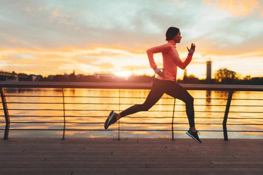 Chez vous, au travail ou dans le métro : quelques minutes de fitness peuvent s'insérer dans votre quotidien pour ralentir les signes de l'âge