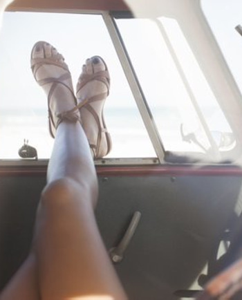 Jambes : 3 astuces faciles pour appliquer votre autobronzant