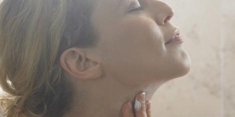 Le massage qui redessine l'ovale du visage