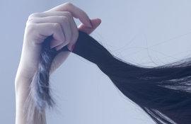 Cheveux abîmés, cassants, secs… Découvrez quelle routine capillaire adopter pour les réparer.