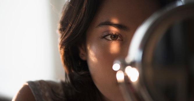 Comment donner de l'éclat au contour des yeux?