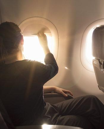 Un voyage en avion de prévu? Nos conseils sur les soins de la peau essentiels à avoir dans votre bagage à main