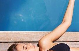 Et si cet été vous appliquiez votre crème solaire sur peau mouillée?