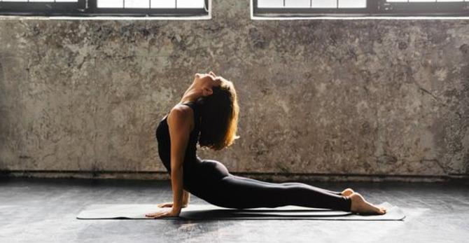 3 exercices de yoga matinaux et rapides pour une journée sans stress