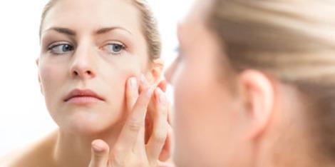 Acné ado et acné adulte : les fait-on disparaître de la même manière ?
