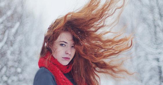 Pull, écharpe : dites stop aux cheveux électriques !