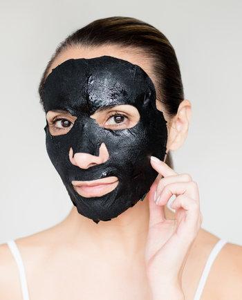 Masque au charbon pour traiter les points noirs