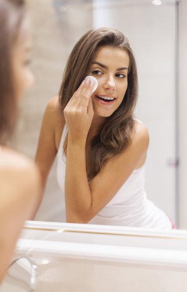 Peau grasse: que faire pour garder une peau nette jusqu'au soir?